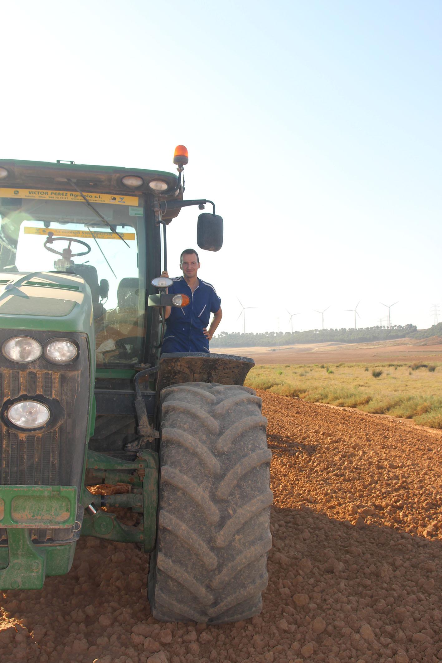 David Navarro, agricultor de Tudela y vocal de la sección de jóvenes de UAGN, será uno de los agricultores que desinfecte las calles