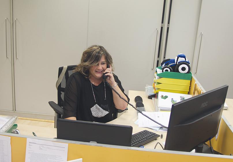 Nuria Jimenez, del área de gestión adeministrativa de vehículos agrícolas, durante una consulta telefónica