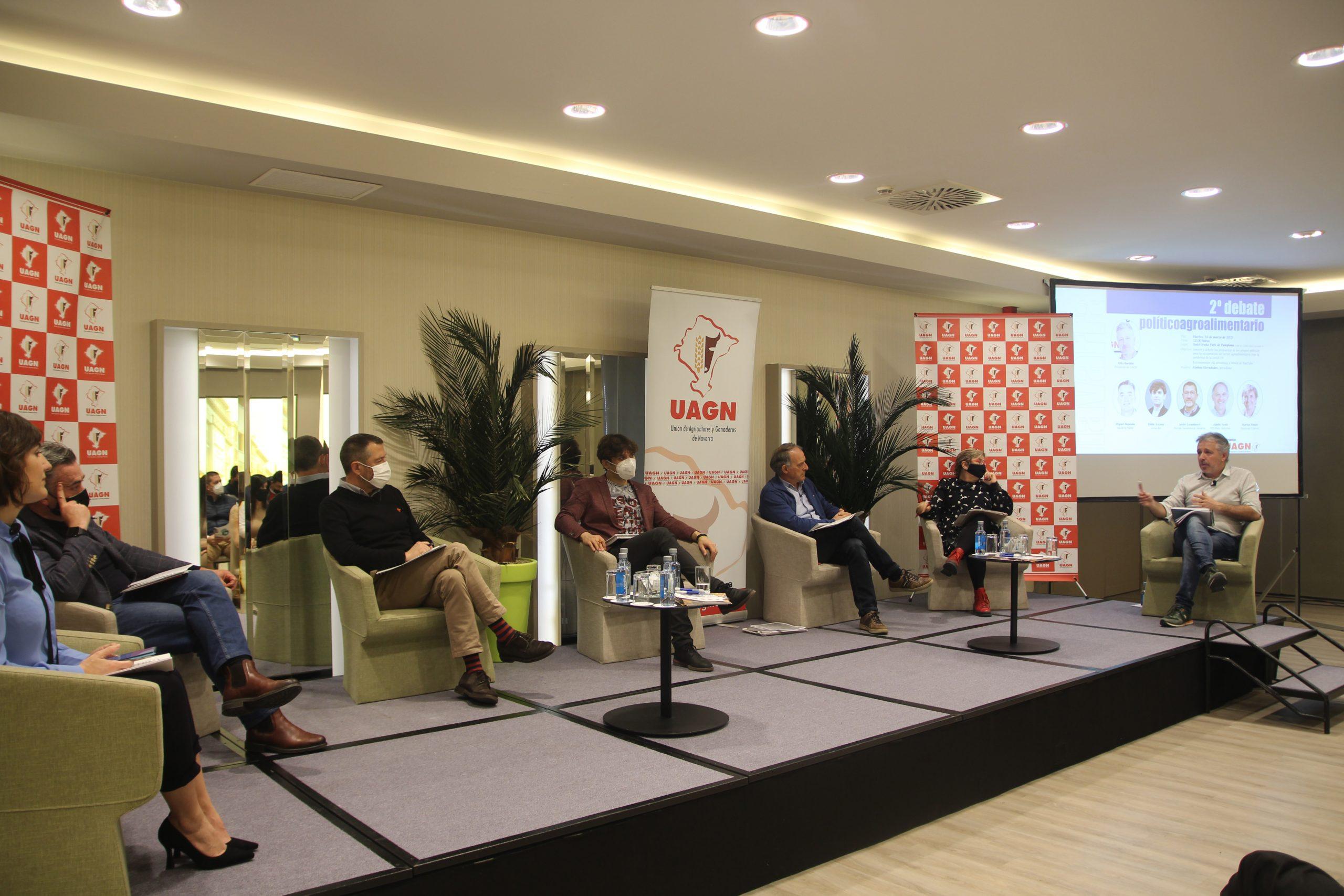 Félix Bariáin, presidente de UAGN, debatió, con los grupos parlamentarios, sobre la cadena alimentaria, las medidas medioambientales, el despoblamiento y la nueva fiscalidad